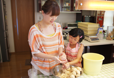 母子でお味噌作り